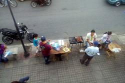 Uno de los problemas de las ventas ambulantes, es que los transeúntes deben soportar el humo de las ventas de comida.