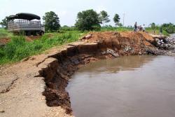 La erosión que producen las corrientes del río Magdalena están erosionando las orillas de los corregimientos Chingalé y Badillo, en Puerto Wilches. Las aguas literalmente ya se tragaron una cancha polideportiva y seis viviendas fueron evacuadas.