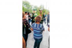 Miembros de la Policía repartieron en el sector comercial de Cañaveral información sobre la línea 155.