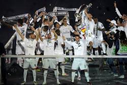Un domingo lleno de festejos tuvo el Real Madrid, que recorrió las calles de la ciudad y terminó en su estadio.