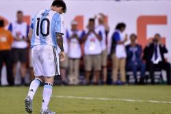 Lionel Messi soñaba con una fiesta y el fin de la maldición, pero se encontró ayer con su peor pesadilla errando su disparo en la tanda de penales ante el mismo Chile que lo amargó el año pasado y entregando la final de la Copa América Centenario.