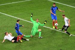 Con un doblete de su astro Antoine Griezmann, Francia llegó a la final de 'su' Eurocopa, al imponerse 2-0 en Marsella al campeón mundial, Alemania, y ahora va por toda la gloria ante el Portugal.