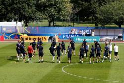 La selección francesa se entrenó ayer en su sede de Clairefontaine-en-yvelines, cerca de París, para la final ante Portugal.