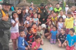 Los agentes de Policía enseñaron a los niños sobre medidas de autoprotección.