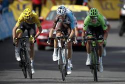 Rigoberto Urán fue el más rápido entre los favoritos y los seis segundos que logró de bonificación le permiten estar más cerca del sueño amarillo, que se podría definir hoy.