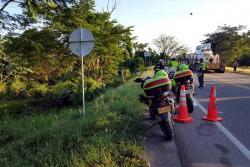 El taxi quedó a un costado de la vía y pese a que la atención fue casi inmediata, nada se pudo hacer por salvar la vida de los ocupantes del vehículo.