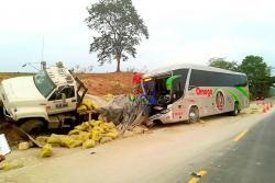 El choque ocurrió ayer sobre las 5:00 de la mañana. El bus de Omega salió de Cúcuta con 42 pasajeros y colisionó con un planchón que estaba estacionado en la vía, el cual transportaba cemento.