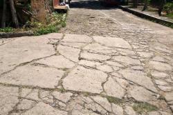 Este es un ejemplo del pésimo estado en el que se encuentran los corredores vehiculares de este barrio ubicado en la Comuna Cuatro de la 'Ciudad Dulce'.
