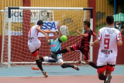 El equipo de las Unidades Tecnológicas de Santander (blanco) eliminó a Móviles García y jugará las semifinales del Torneo Interbarrios de Futsal - Q'hubo 2018.
