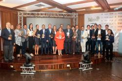 En el Club Campestre de Bucaramanga, se cumplió la primera entrega de los reconocimientos 'A La Vanguardia', con los que se rindió homenaje a los empresarios, empresas y entidades de Santander, en 15 categorías que exaltan su trabajo y compromiso por el desarrollo económico, social, tecnológico y profesional de la región.