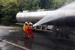 El Cuerpo de Bomberos Voluntarios de Barrancabermeja logró controlar la emergencia a tiempo y restablecer la movilidad en la vía Barrancabermeja - Bucaramanga.