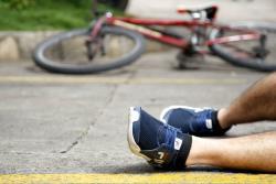 El adolescente de 16 años se habría caído de su bicicleta, al tratar de esquivar un resalto en la vía.