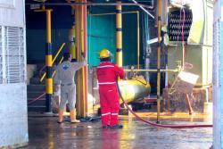 Varias unidades bomberiles de Barrancabermeja atendieron el caso. Fue necesario acordonar el área y realizar labores de aislamiento del amoniaco que se escapó luego de la explosión en una torre de enfriamiento.