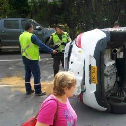 Tres heridos tras el volcamiento de un carro en la autopista entre Piedecuesta y Bucaramanga