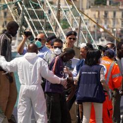 A pesar del riesgo al que se enfrentan, los inmigrantes siguen atravesando el mar Mediterráneo.