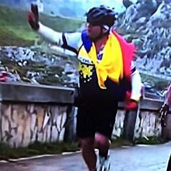 A Nairo Quintana le dio tiempo hasta para una selfie en la etapa 10