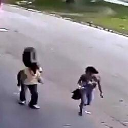 Video capta el momento en el que una llanta impacta a un hombre en la cabeza