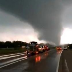 Quedó registrado en video el paso de un tornado que dejó cinco muertos en Texas