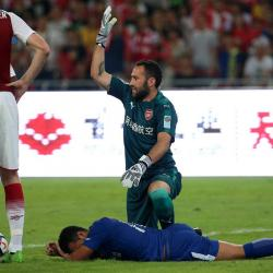 El portero colombiano salió a despejar el balón con los puños y le dio un brutal golpe a su rival.