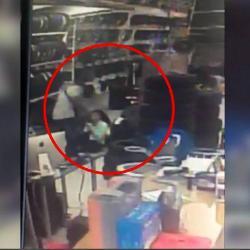 Video registró robo con armas de fuego en un almacén de Bucaramanga