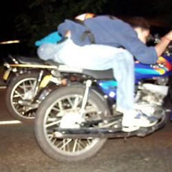 En video quedó grabado el grupo de motociclistas cuando transitaban por el Viaducto Provincial.