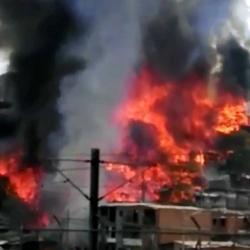 Incendio consume a esta hora un barrio entero en Medellín