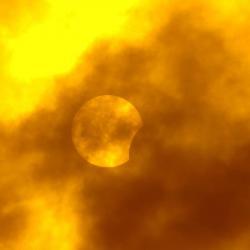 A la 1:40 p. m. se tomó la primera fotografía del eclipse. La ubicación fue la calle 45 de Bucaramanga.