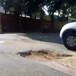 Apareció gigantesco cráter que pone en riesgo a conductores en Bucaramanga