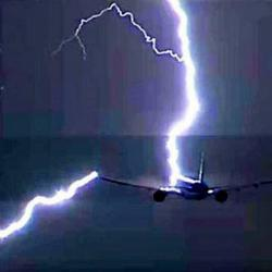 Video registró el preciso momento en que un avión es impactado por un rayo