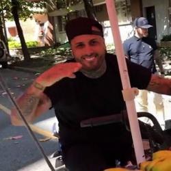 Montado en una moto, el cantante de reguetón recorrió uno de los barrios de Medellín.