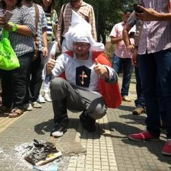 Daniel Samper quema su libro 'al estilo' de Alejandro Ordóñez en Bucaramanga