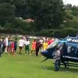 Helicóptero en que viajaba un senador aterrizó en cancha donde jugaban niños