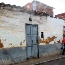Son varias las viviendas identificadas por la Alcaldía de Bucaramanga que están en riesgo de colapsar. Esta casa tiene la fachada en mal estado y está ubicada en la carrera 10 con 44.