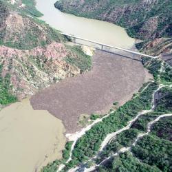 Alertan por enormes 'islas de madera' que contaminan el río Sogamoso en Santander