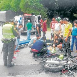 Con toda la precaución, los socorristas inmovilizaron la pierna partida, envolvieron la derecha y trasladaron a la víctima a la Clínica La Merced.