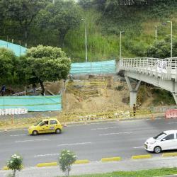 Ya iniciaron las obras de la rampa y las escaleras para el puente que comunica con el barrio Antonia Santos.