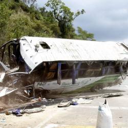 Toda la parte delantera del bus quedó destruida luego del impacto. Cristian Suárez, el conductor (foto), fue una de las dos personas que resultó más comprometida.