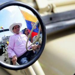 Clemente Galvis, presidente de la Familia Willys de Colombia, es el organizador de este bello desfile de carros viejos.
