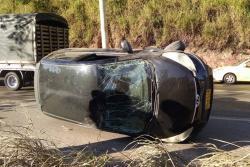 Accidente de tránsito dejó vehículo volteado en vía a Piedecuesta
