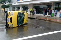 Taxi se volcó en plena carrera 27 en Bucaramanga