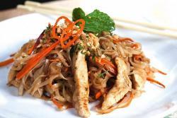 Aprenda a preparar unos tallarines de arroz con pollo y zanahoria al wok