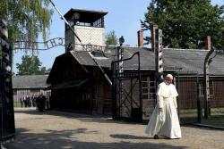 En silencio y solo, el Papa rezó en Auschwitz por las víctimas de los nazis