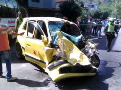 El hecho se registró hacia las 9:00 a.m. de este jueves, frente al patinódromo de Zapamanga V Etapa en Floridablanca. El accidente dejó un total de tres personas heridas y daños materiales en las casas del sector.