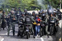 Imágenes de la crueldad con la que una mujer es detenida por la guardia venezolana