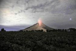 Impresionantes imágenes de erupción volcánica en Indonesia