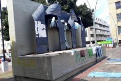 Denuncian que venezolanos usan Plaza Cívica de Bucaramanga como baño y tendedero