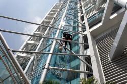 Este edificio sobre la carrera 31 con calle 52 es el sitio de trabajo de este bumangués que se dedica a limpiar los vidrios de las edificaciones más altas de la ciudad.