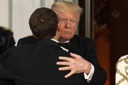 Con mucho contacto, Trump y Macron dejan ver su gran relación de amistad