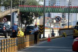 La falta de cultura vial no solo es de los conductores. Decenas de personas en el área metropolitana de Bucaramanga no hacen correcto uso de los puentes peatonales dispuestos en las vías transitadas de la ciudad.