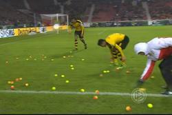 Así protestaron los hinchas del Dortmund por el precio de la boletería